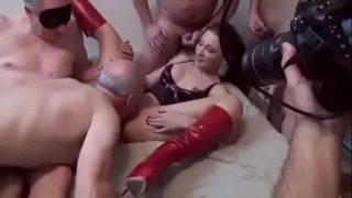 Молодожены создали секс на кровати и засняли все на видеокамеру